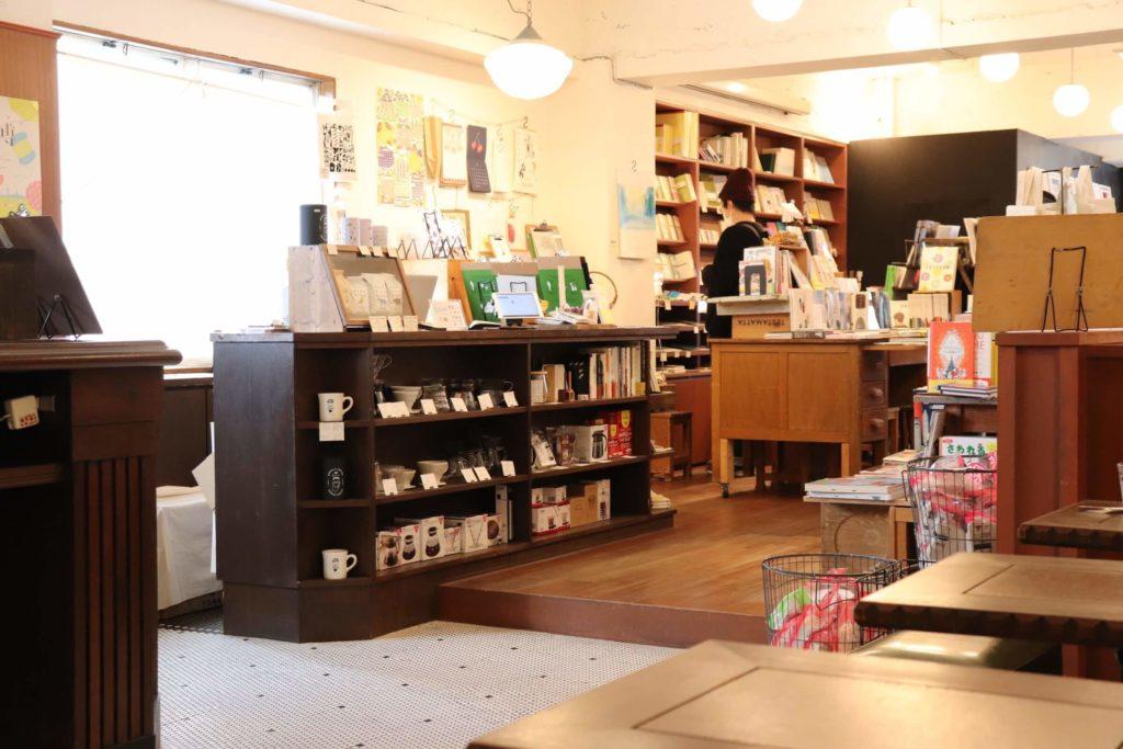 本とコーヒー tegamishaの店内