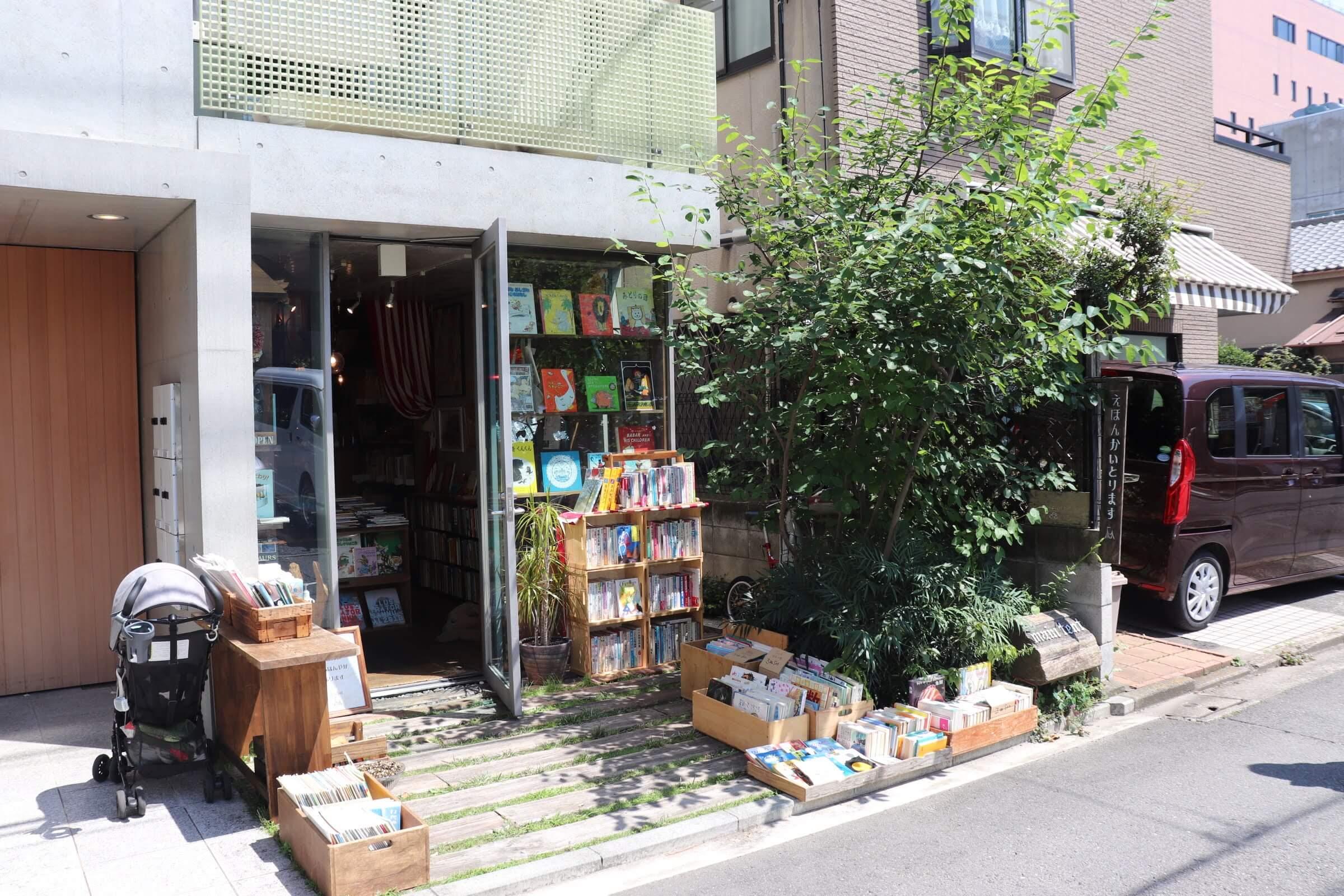 カフェトリエの隣の絵本屋さん